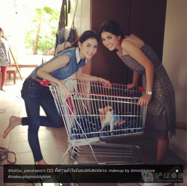 姐姐电影成人网站_看明星动态学泰语:mai拍摄电影《爱已成伤》与姐姐大合照