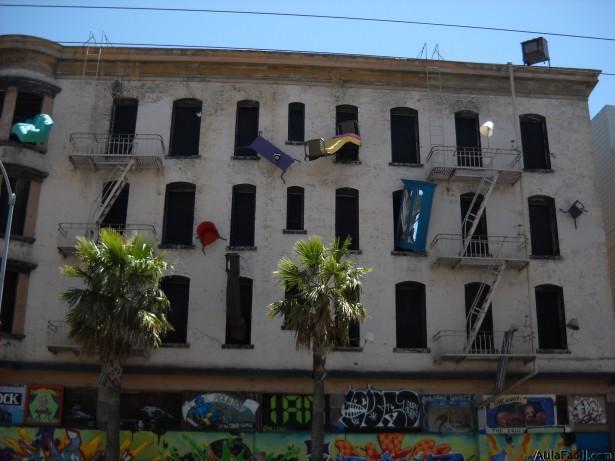地道西班牙语时间:把房子从窗户扔出去?