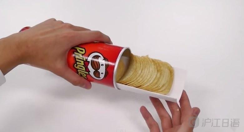 沿着薯片筒将纸卷入