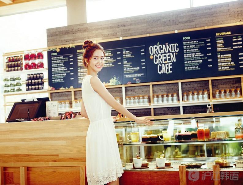"""裸妆是近几年最为流行的时尚妆容之一。裸妆的""""裸""""字并非""""裸露""""、完全不化妆的意思,而是妆容自然清新,虽经精心修饰,但并无刻意化妆的痕迹,又称为透明妆。一起来看看这个时尚词汇的韩语表达方法吧!"""