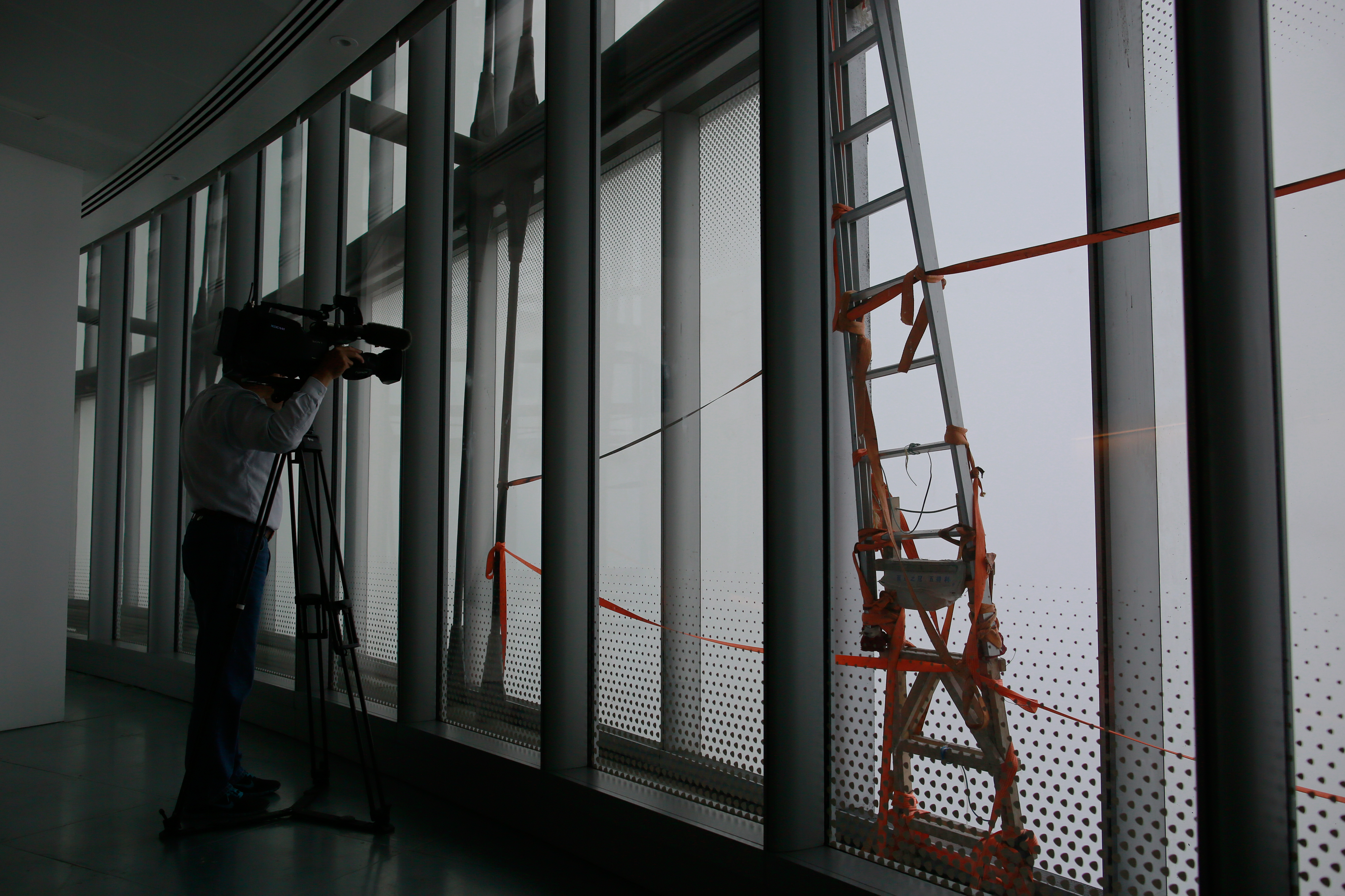 英语翻译_双语新闻:中国第一高楼一扇窗户坠落_沪江